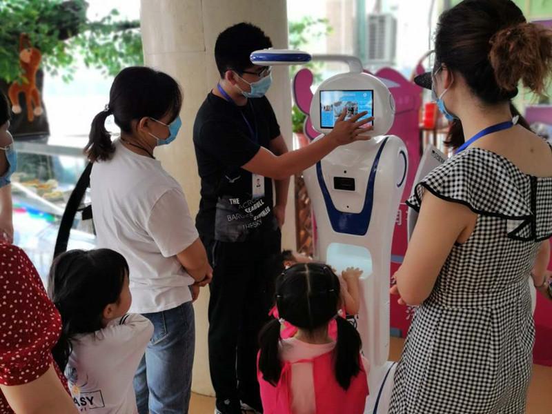 爱叮堡幼儿园使用贝宝娃晨检机器人给孩子晨检
