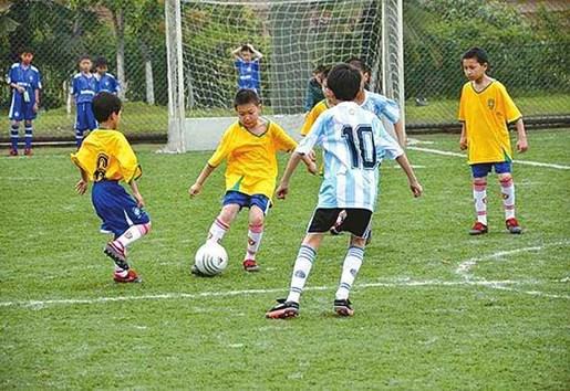 校园足球普及重心下移到幼儿园-贝宝娃人工智能幼儿园晨检机器人