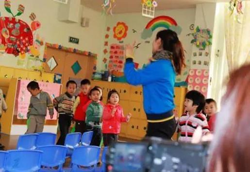 请给幼师多一点包容,期末这几天,她们真的累坏了!还好有它……-贝宝娃人工智能幼儿园晨检机器人