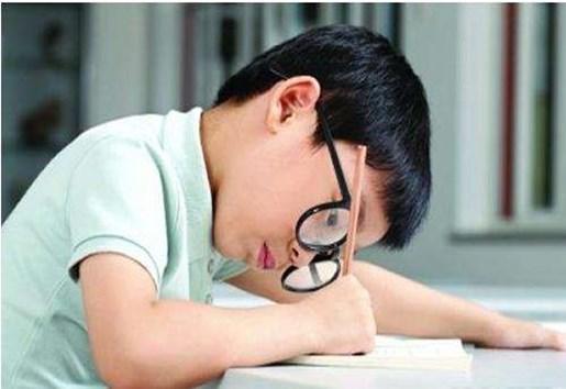 """开学季""""小眼镜""""增多 矫正治疗要""""量眼定制""""-贝宝娃人工智能幼儿园晨检机器人"""